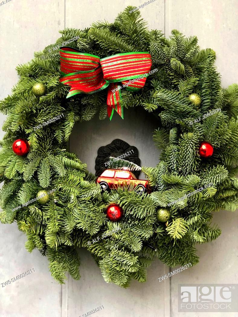 Imagen: Christmas decoration on a door in Ystad, Scania, Sweden.