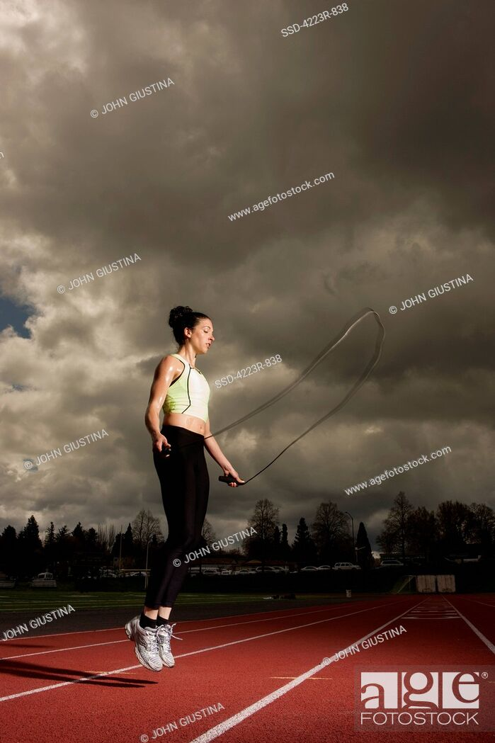 Imagen: Woman jumping rope on track.