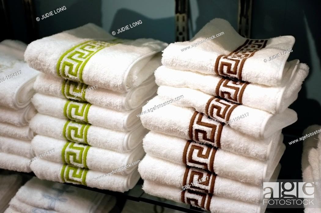 Imagen: Two Stacks of Towels Displayed at a Retail Home Goods store.