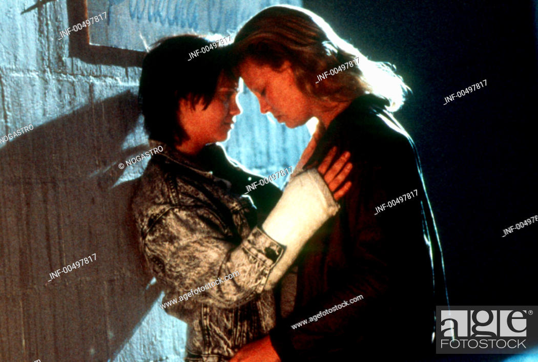 Stock Photo: Film, 'Monster', USA 2003, Regie Patty Janskins, Szene mit Christina Ricci & Charlize Theron,  drama, halbfigur, zusammen stehend, profil, seitenaufnahme.