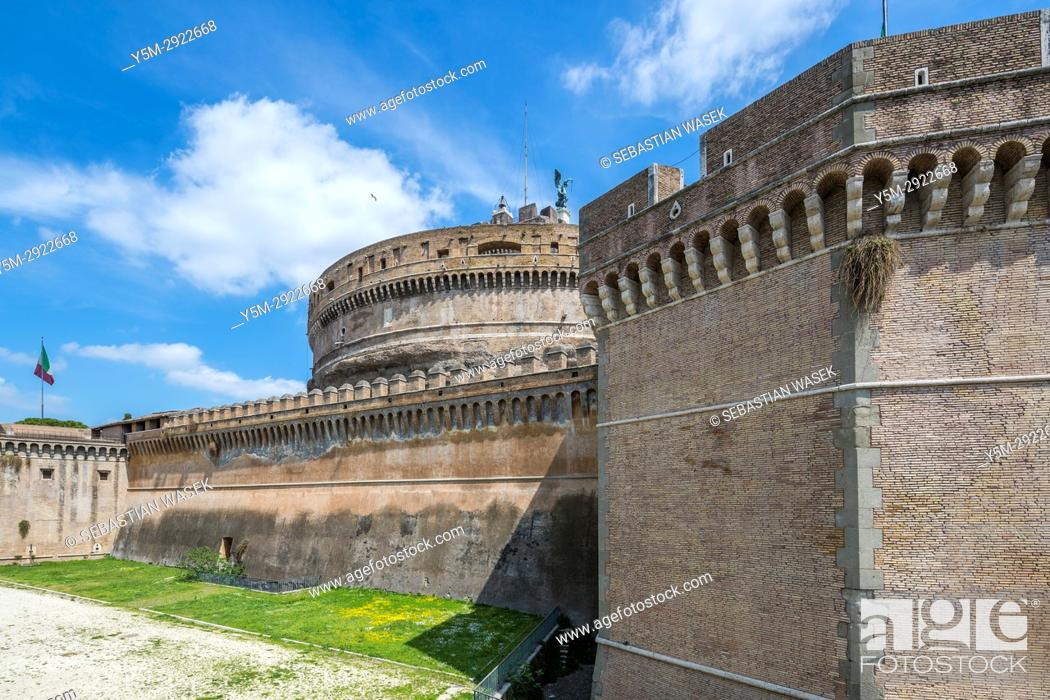 Imagen: The Mausoleum of Hadrian, usually known as Castel Sant'Angelo a towering cylindrical building in Parco Adriano, Rome, Lazio, Italy, Europe.