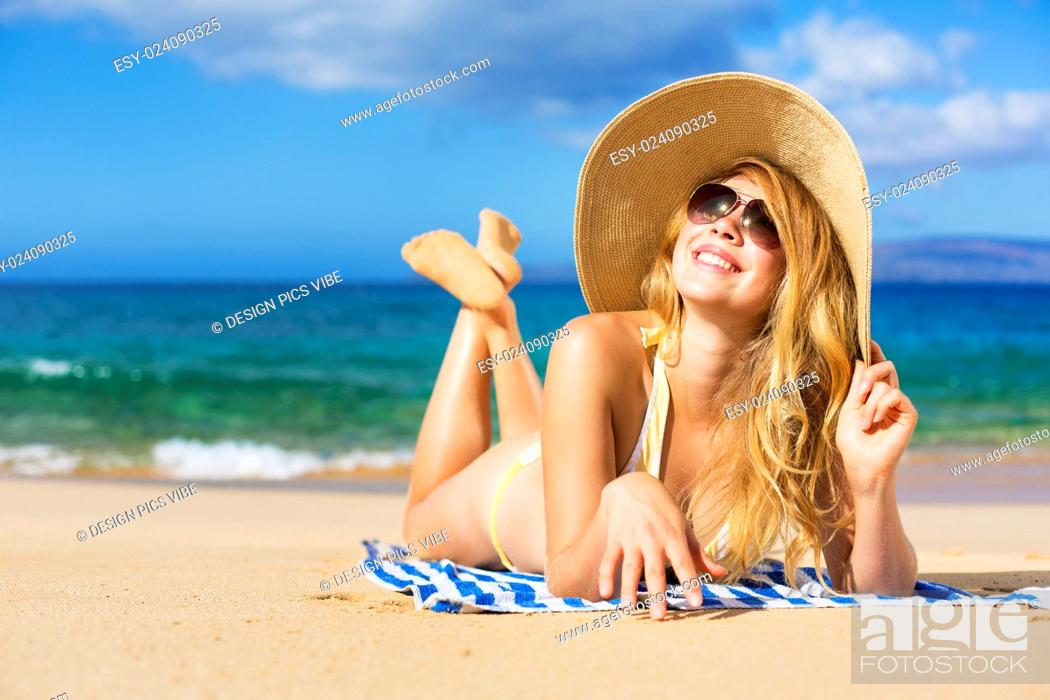 Imagen: Beautiful Woman Sunbathing on Tropical Beach.