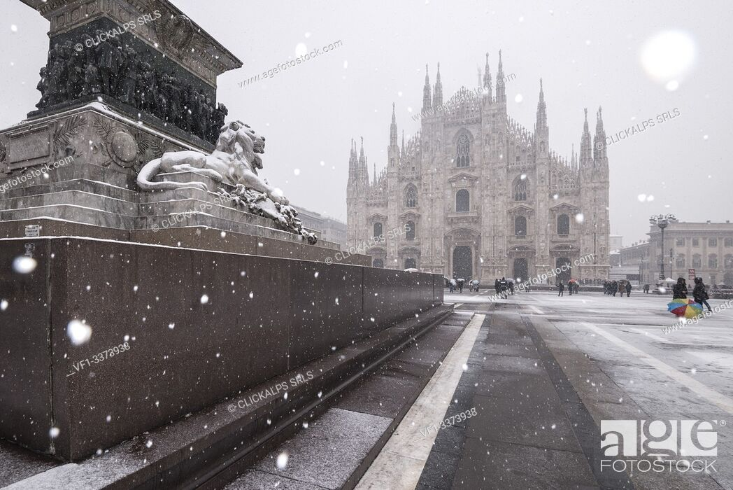 Stock Photo: Milan's Duomo cathedral in winter during snowfall, Milan, Lombardy, Italy, Europe.