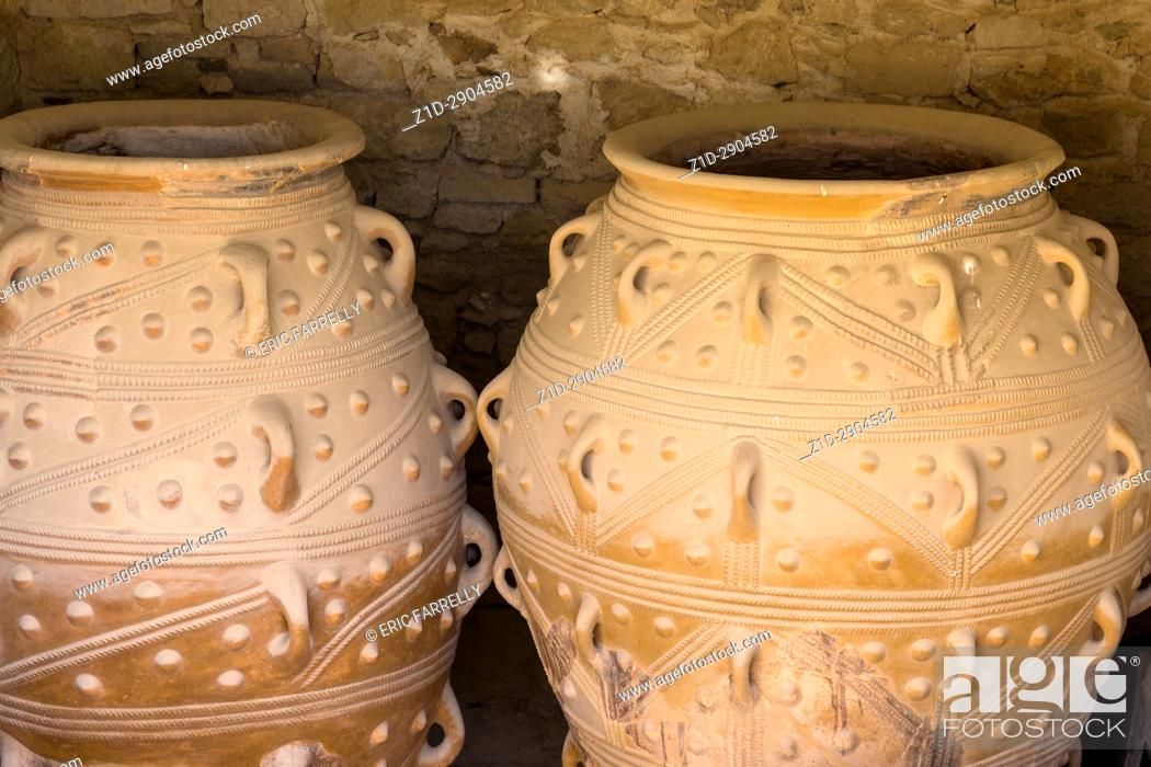 Imagen: Giant antique amphoras from the Knossos palace - Crete, Greece.