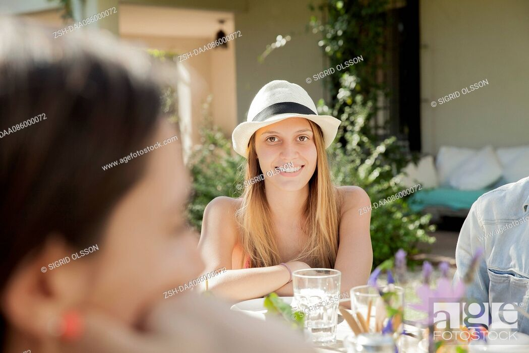 Imagen: Woman enjoying meal with friends.