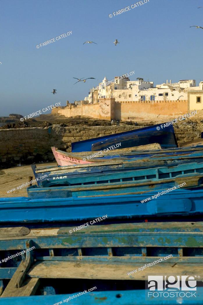 Stock Photo: La médina protégée par ses remparts et au premier plan les barques de pêche bleues.
