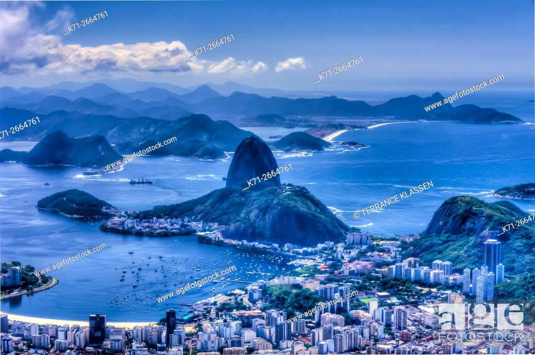 Imagen: View of Sugarloaf Mountain and the Rio De Janeiro skyline from Corcovado, Brazil.