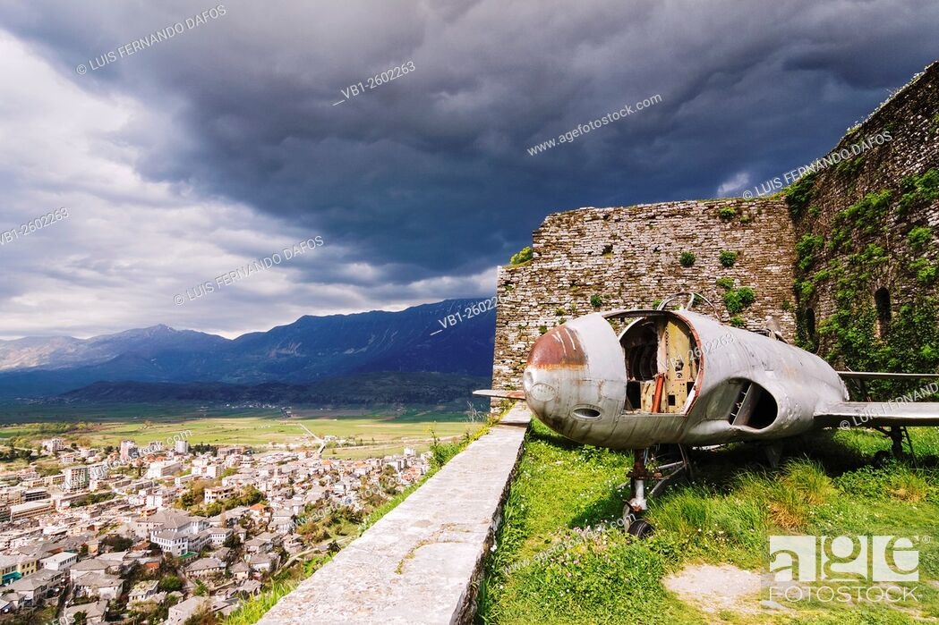 Imagen: Shell of a 1957 US military jet at the ramparts of the Girokaster castle which hosts the Albanian National Armaments Museum. City overview.