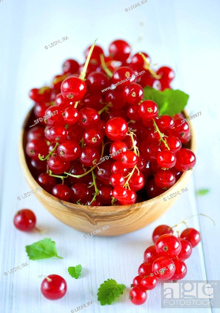 Stock Photo: Redcurrants in wooden bowl.