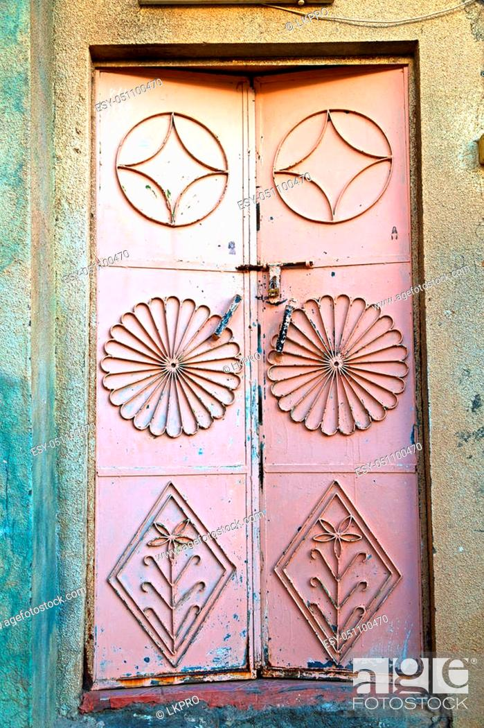 Imagen: oman old wooden door and wall in the house.