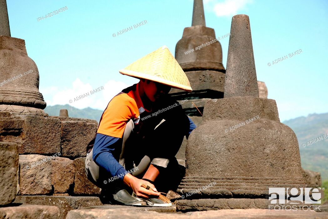 Imagen: Indonesia Central Java Magelang Borobudur temple dates from the 9th century and is situated on a large plain surrounded by volcanoes Bas relief showing scenes.