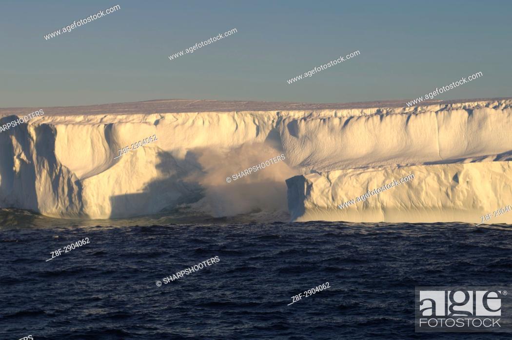 Imagen: Antarctica, Antarctic Peninsula, Iceberg on Bransfield strait.