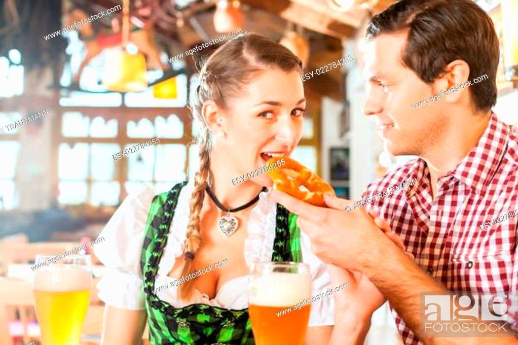 Imagen: Couple drinking wheat beer in Bavarian restaurant.