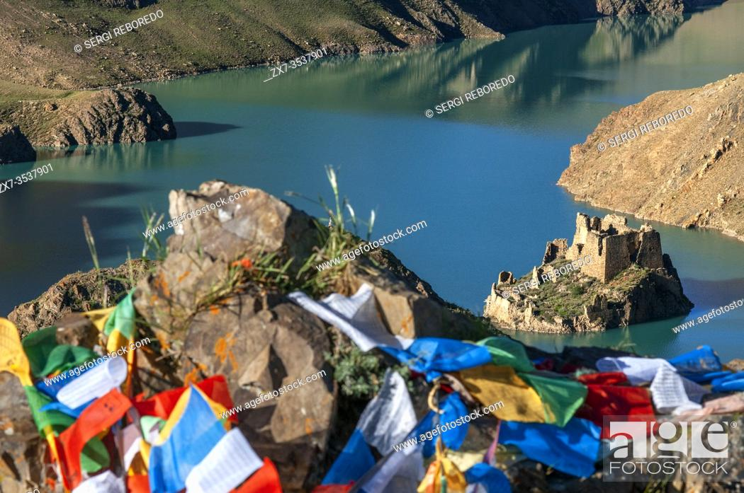 Imagen: Simi La lake holy place, Simi-la pass, Shigatse Prefecture on the Friendship highway Tibet, China. The Simila Pass above Manla Reservoir Gyantse County in the.