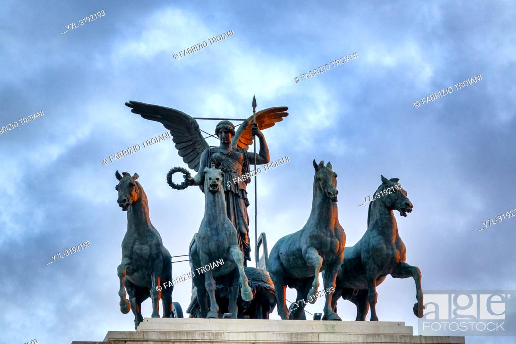 Imagen: Statue of the goddess Victoria riding on quadriga on the top of the Monument to Vittorio Emanuele II, Rome, Italy.