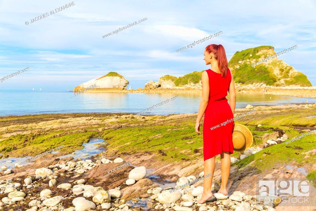 Imagen: Woman looking to sea landscape.