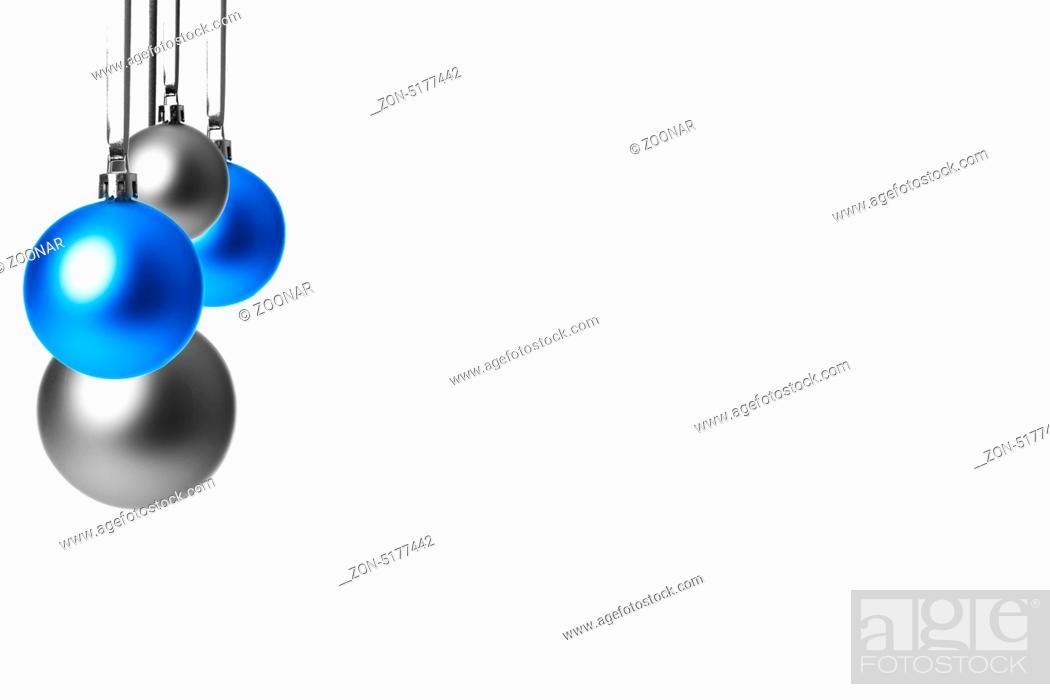 Silberne Weihnachtskugeln.Blaue Und Silberne Weihnachtskugeln Hangend Freigestellt