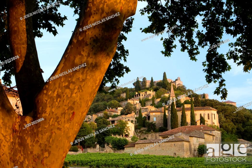 Imagen: Overview of Roque-sur-Ceze, labelled The Most Beautiful Villages of France, in Gard deparment, Languedoc-Roussillon region. France.