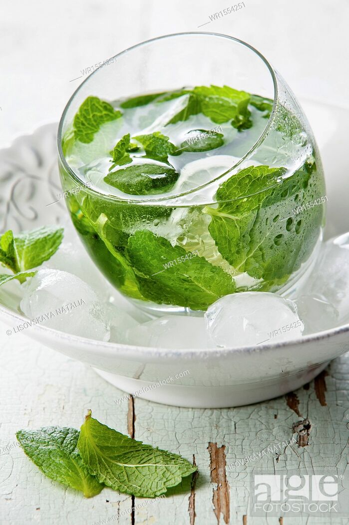 Photo de stock: Fresh mint drink with ice.