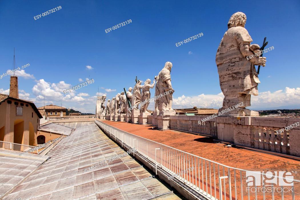 Photo de stock: Sculptures on the roof of St. Peter's Basilica in Vatican.