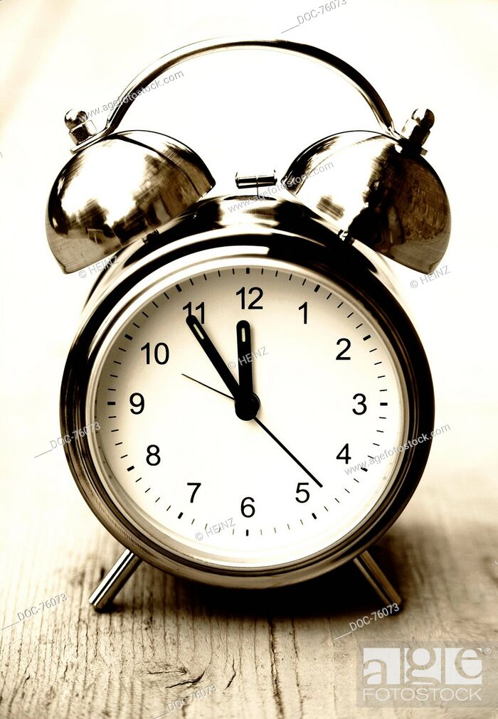 Imagen: an alarm clock shows 5 minutes to 12.