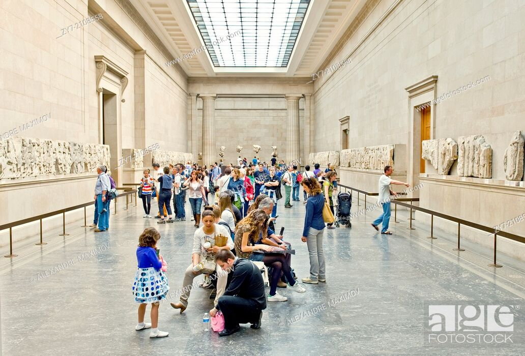 Stock Photo: Tourists in the antigue hall of Britich museum.