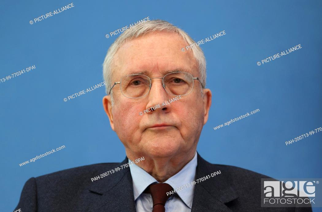 Imagen: 13 July 2020, Berlin: Manfred Güllner, managing director of the Forsa Institute, follows a joint press conference on Corona during vacation times with Health.