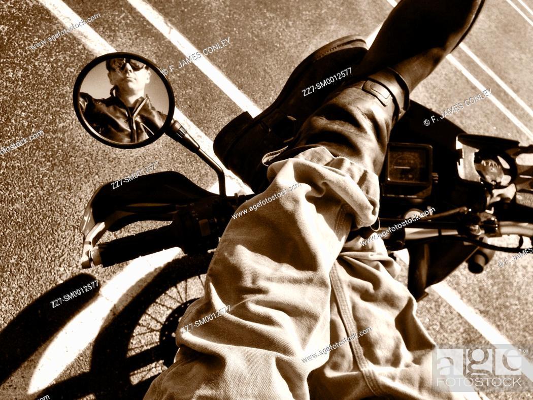 Imagen: A biker reflected in a mirror.