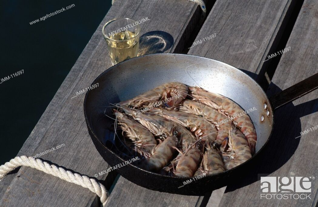 Imagen: Kefallonia, Robola Wine Region Argostoli region, seaside taverna, shrimp and a glass of Robola.