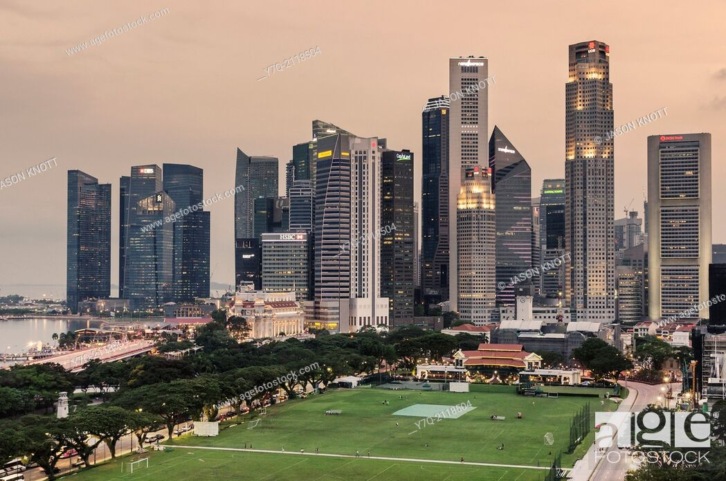 Imagen: Singapore Downtown Core skyline overlooking The Padang sporting field.