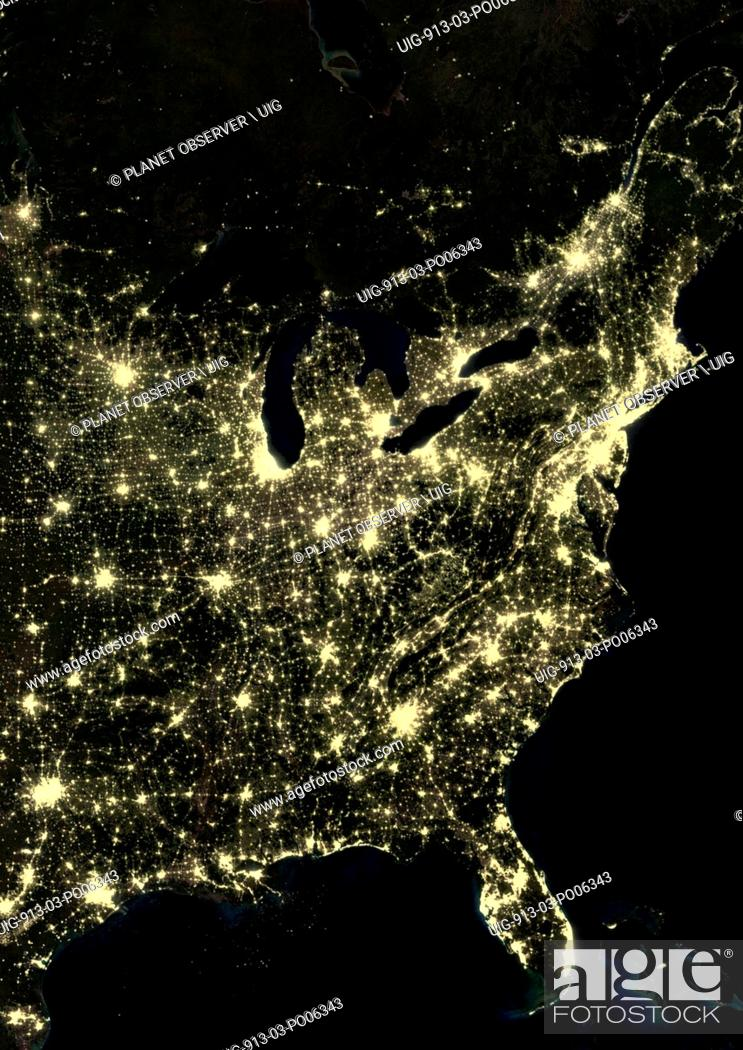 Imagen: US East Coast at night in 2012, from Boston, Massachusetts down to Houston, Texas. This satellite image shows urban and industrial lights.