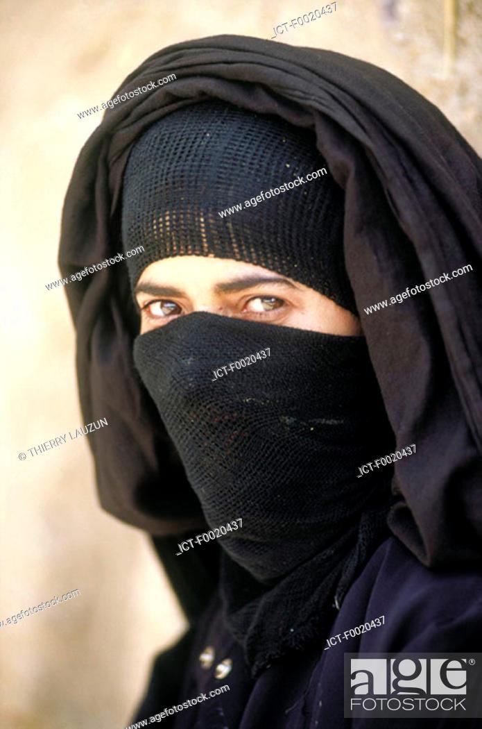 Stock Photo: Yemen, Shahara, veiled woman.