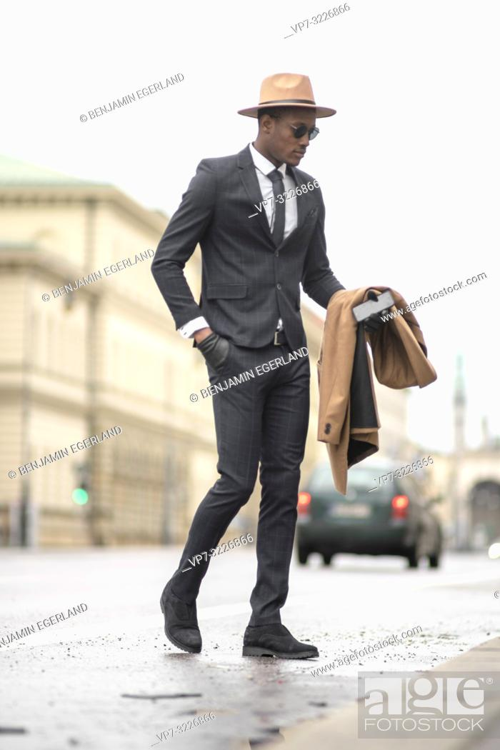 Imagen: Fashionable man walking on the street. Munich, Germany.