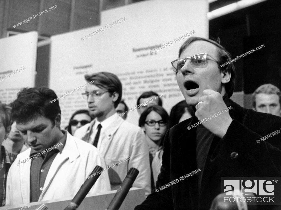 Imagen: Speaker of the Socialist Student Union (SDS), Hans-Jürgen Krahl (r), at the lectern. On 28 May 1968, in the Grand Broadcasting Hall of the Hessischer Rundfunk.