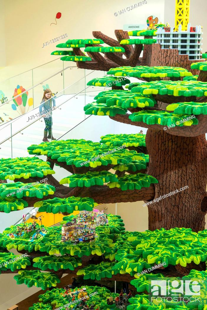 Imagen: Girl looking over giant Lego tree in the Lego House; Billund, Denmark.