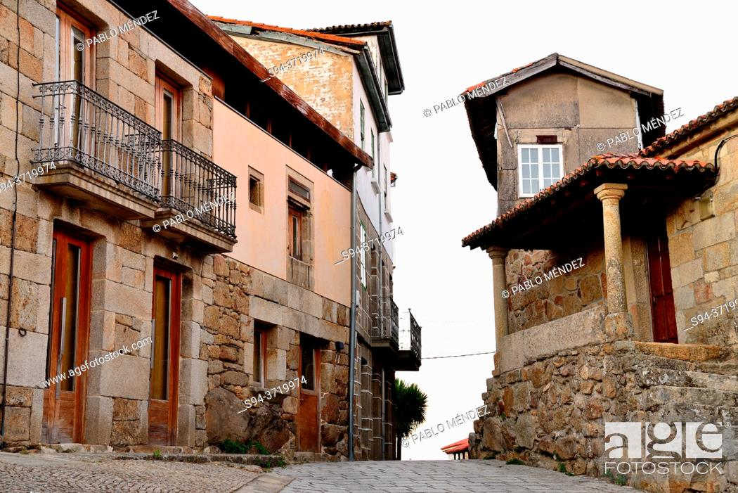 Imagen: Square and street of Vilanova dos Infantes, Orense, Spain.