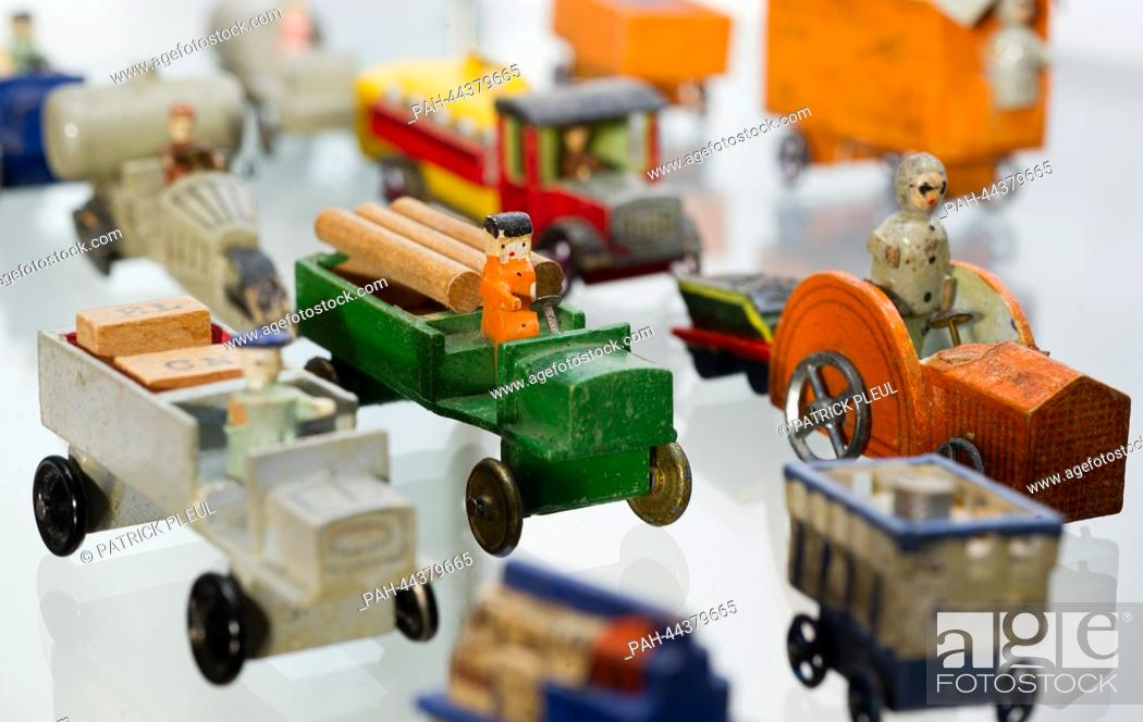 Imagen: Wooden toys from 1935 are displayed in the exhibition 'Tie, socks and pot - the most popular Christmas presents among Germans' (lit) in the Museum Viadrina in.