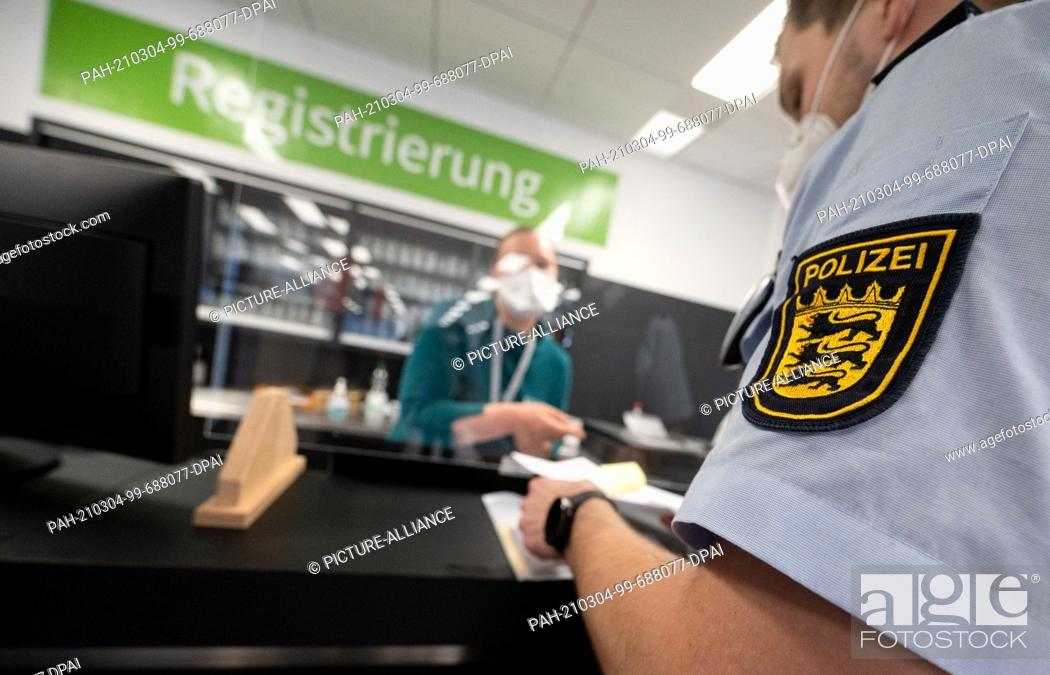 Imagen: 04 March 2021, Baden-Wuerttemberg, Heilbronn: A police officer registers for a Corona vaccination at the Kreisimpfzentrum (KIZ) of the city of Heilbronn.
