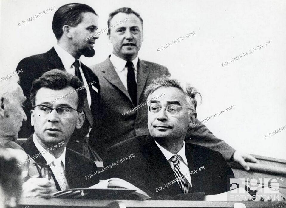 Imagen: Aug 18, 1960 - Stockholm, Sweden - Professor LEONID SEDOV (R), listens to Wernher von Braun's speech on details of America's space exploration program during.