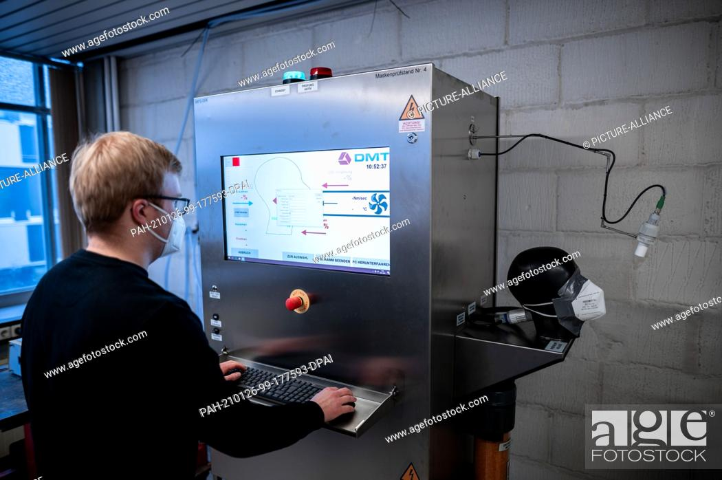 Imagen: 26 January 2021, North Rhine-Westphalia, Essen: Test engineer Luca Sicking tests a mask in a test apparatus for measuring the C02 concentration.