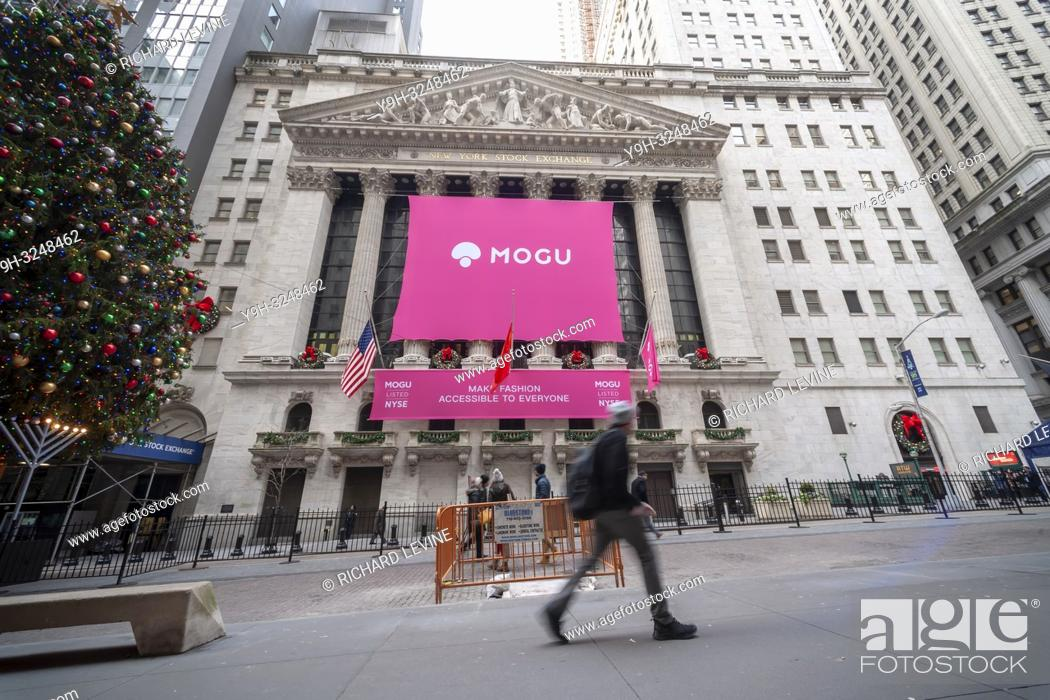 Imagen: The New York Stock Exchange is decorated on Thursday, December 6, 2018 for the first day of trading for the Chinese fashion and cosmetics e-commerce site Mogu.