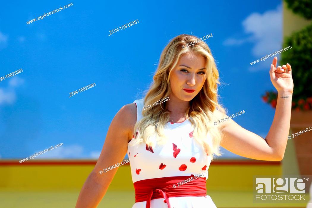 Stock Photo: Anna-Carina Woitschack (Sängerin / Musikerin / Puppenspielerin) in der ARD-TV-Sendung.