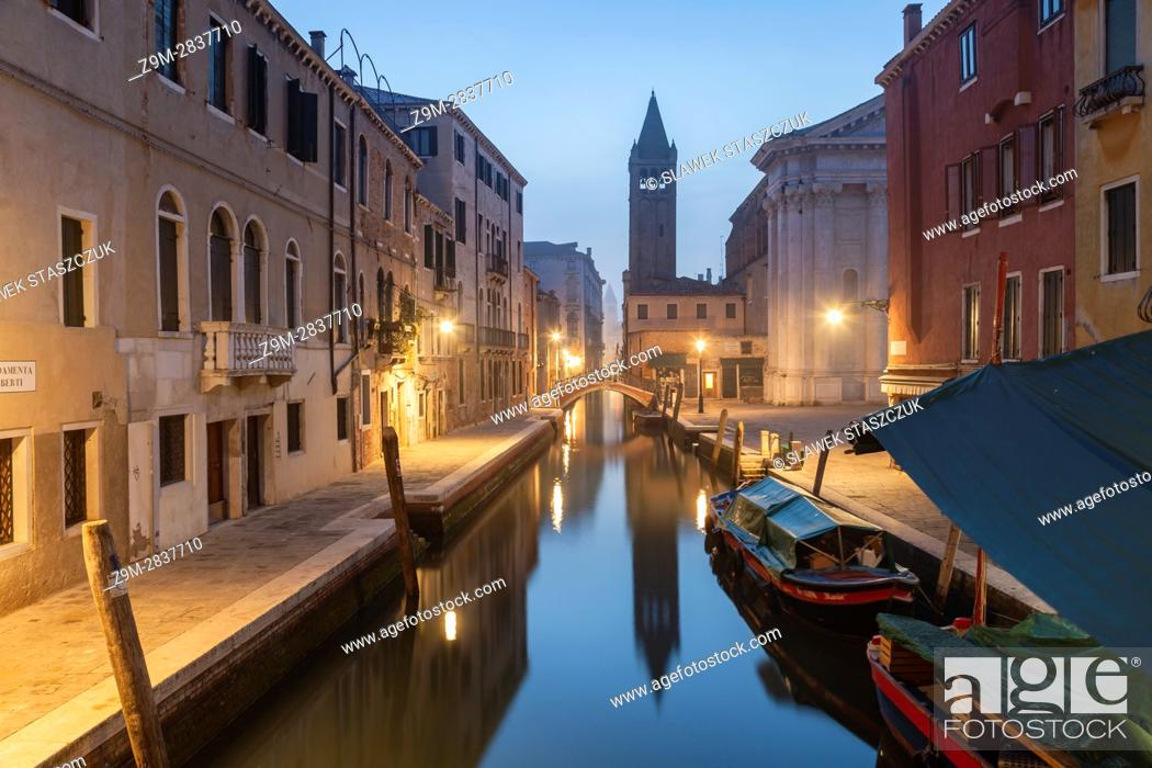 Imagen: Misty dawn in the sestier of Dorsoduro, Venice, Italy.