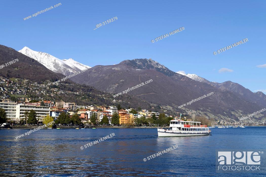 Imagen: Excursion boat on Lake Maggiore with the city of Locarno, Ticino, Switzerland.