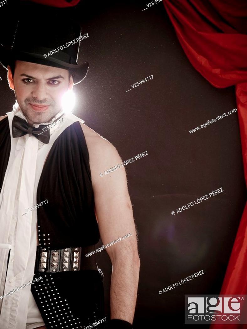 Stock Photo: Mago actuando en el circo.
