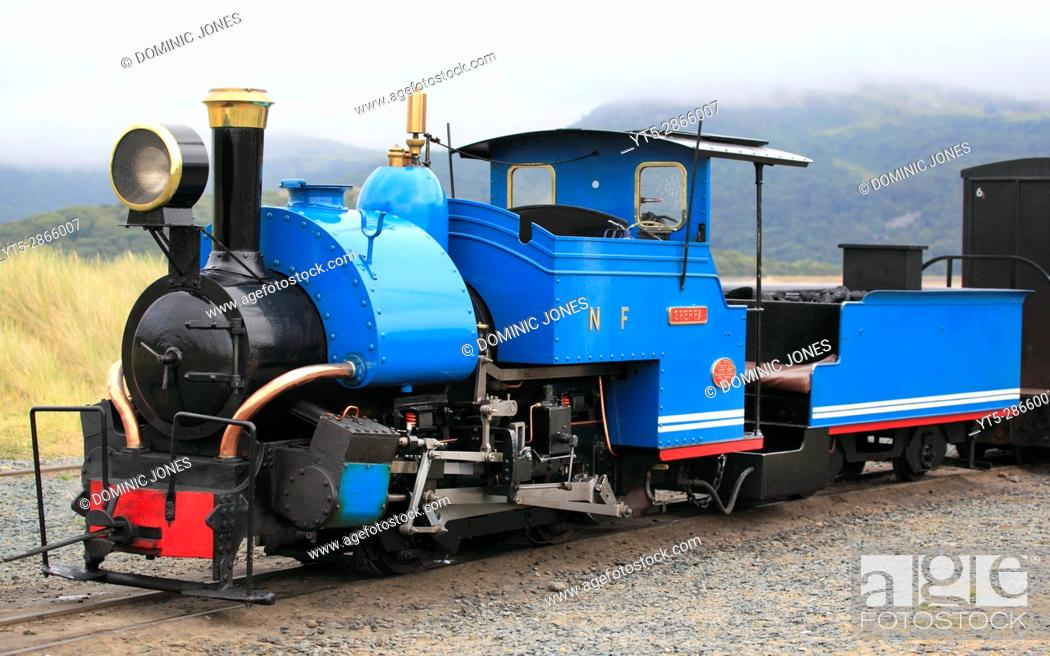 Imagen: 'Sherpa' a 0-4-0 saddletank engine idles at Penrhyn Point on the Fairbourne Railway, Fairbourne, Wales, Europe. . Fairbourne Railway, Fairbourne, Wales, Europe.
