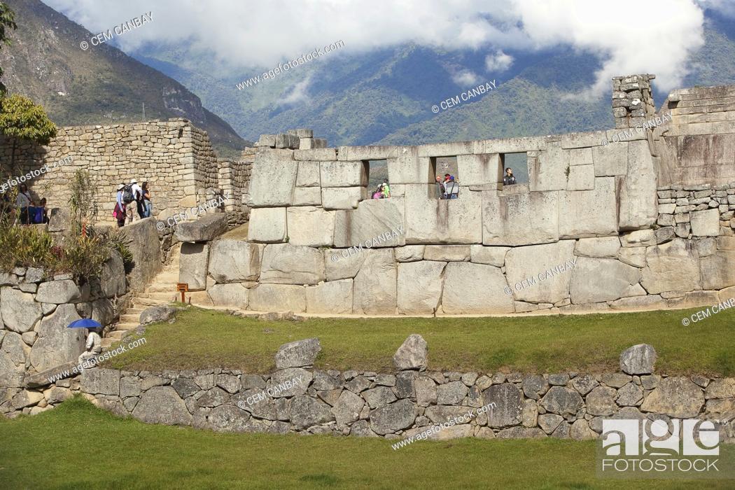 Imagen: Tourists in front of the Three Windows at Machu Picchu, Unesco World Heritage Site near Cusco, Urubamba Valley, Peru, South America.