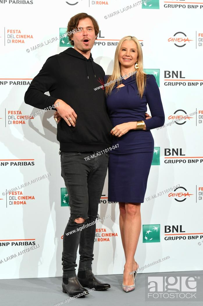 Imagen: Mira Sorvino and her husband Christopher Backus pose during the photocall for 'Drowing' at the 14th annual Rome Film Festival, in Rome, ITALY-20-10-2019.