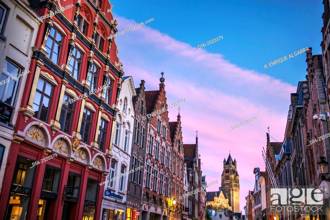 Imagen: street of Bruges at dusk, Bruges, Belgium.