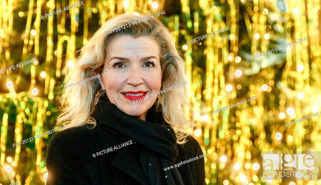 Imagen: 13 December 2020, Hamburg: The violinist Anne-Sophie Mutter stands in front of a Christmas tree in Hamburg's main church of St.